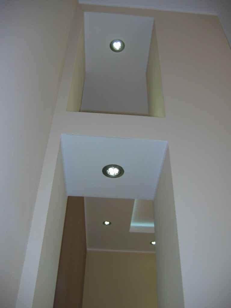 podświetlane półki w salonie