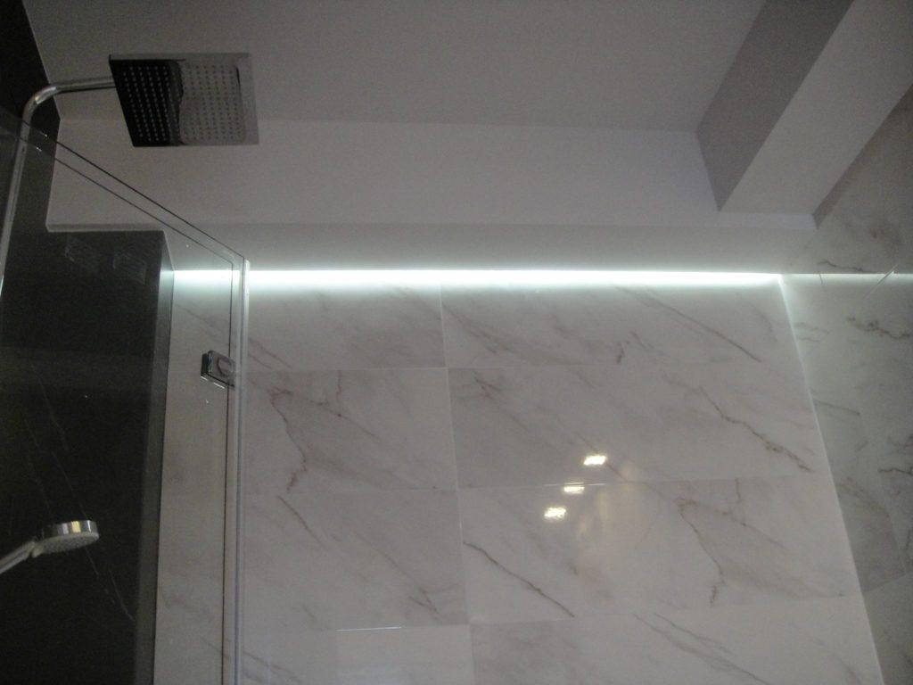 podświetlany sufit w łazience
