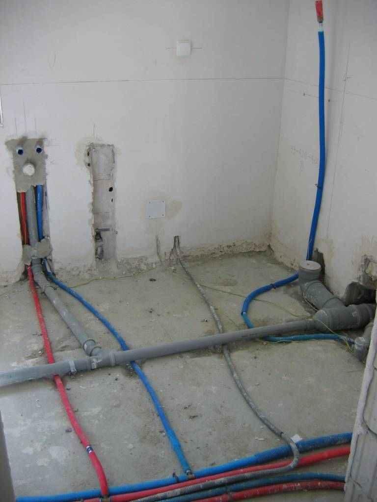 instalacja hydrauliczna w łazience na stropie