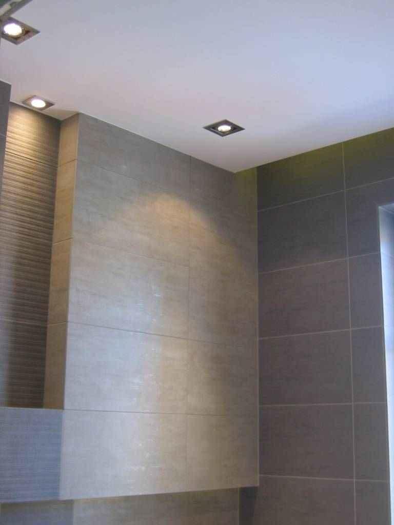 zabudowa w łazience i sufit podwieszany
